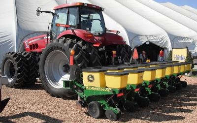 A John Deere Max Emerge XP corn planter behind a Case IH Magnum 335 with AFS precision farming system.