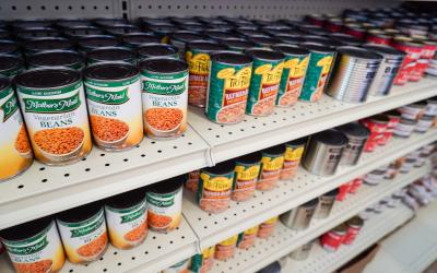 Canned vegetables on a grocery store shelf.